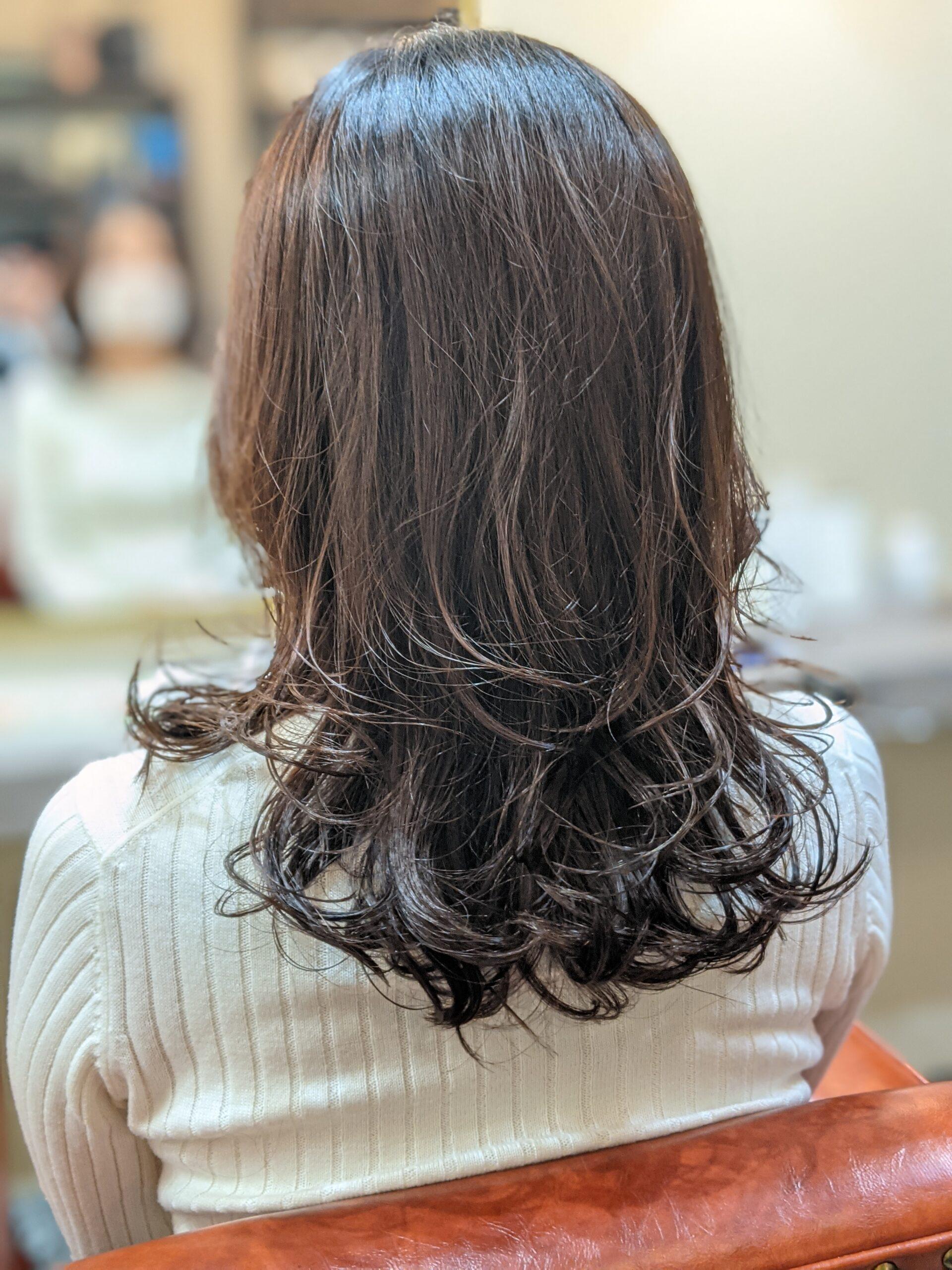 大人の巻き髪スタイル